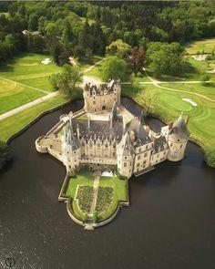 View of de la Bretesche, Missillac, Castle Ruins, Castle House, Medieval Castle, Beautiful Castles, Beautiful Places, Lichtenstein Castle, Palaces, Neuschwanstein Castle, Fantasy Castle