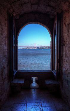 Lisbon, Portugal. Da janela da minha casa vejo... o azul inocente do mar infinito.