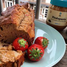 Een veels te lange naam voor dit mega awesome lekkere receptje! Strawberry Peanutbutter Protein Cake. Wat heb je nodig voor de Strawberry Peanutbutter Protein Cake: 4 eiwitten 150 ml 0% vet Griekse yoghurt 100 g aardbeien 80 g Pindapasta 1 theelepel vanille-extract 1,5 scoops vanille wheypoeder 100 g amandelmeel 130 g volkoren (spelt)meel 2 tl bakpoeder 0% vet Cooking Spray indien zoetekauw: zoetstof naar keuze
