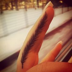 plume sur doigt