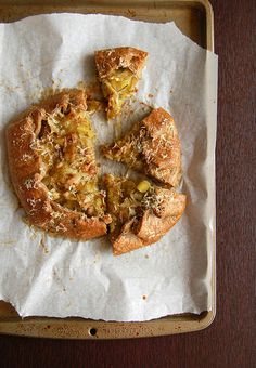 Galette de alho-poró e queijo (com massa de centeio)