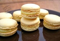 macarons à la vanill ,e Macaron Recipe, Cupcake Cookies, Biscuits, Food And Drink, Dessert Recipes, Cooking Recipes, Yummy Food, Sweets, Baking