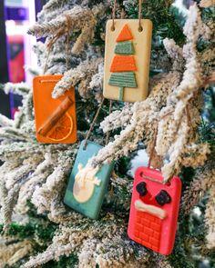 Minimalisten aufgepasst: Hier kommt winterliche Deko, die nach Weihnachten nicht im Keller verstaut werden muss. 👇  Unsere Mehrfach-Ölbader können nach Weihnachten ganz einfach verbadet oder verschenkt werden. Zusätzlich duften sie noch so wunderbar. 😍  📷 @lushoxfordstreet via Instagram Christmas Ornaments, Holiday Decor, Instagram, Home Decor, Xmas, Simple, Deko, Xmas Ornaments, Homemade Home Decor
