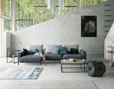 """Mach mal Platz! Mit """"Tira"""" kein Problem - ist es doch Sofa und Loungemöbel in einem. Fährt man den Sitz nach vorne, vergrößert sich die Sitztiefe. Perfekt für einen gemütlichen Filmabend mit der ganzen Familie oder einfach zum Vergnügen – besonders schön in einem modernen Wohnzimmer mit Betonwänden wie diesem."""