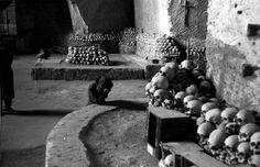 Patellani Federico fotografo, 1952 Napoli - Cimitero delle Fontanelle - ossario - donna in preghiera
