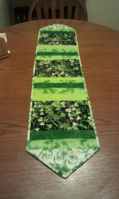 Paddy's Day Table Runner Quilt-as-you-go table… Table Runner And Placemats, Crochet Table Runner, Table Runner Pattern, Quilted Table Runners, Table Ikea, A Table, St Patrick's Day Crafts, Holiday Crafts, Do It Yourself Wedding