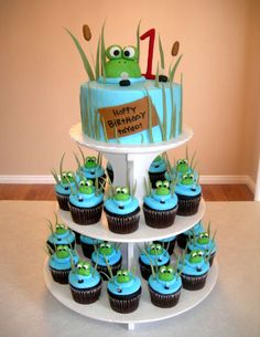 Frog cake and cupcakes. I like the small cake with matching cupcakes as an idea, but not in this theme. Frog Cupcakes, Cupcake Cookies, Cupcake Toppers, Monster Cupcakes, Cupcake Ideas, Fancy Cakes, Cute Cakes, Frog Birthday Party, Boy Birthday