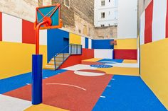 Ill-Studio has collaborated with Pigalle to create a basketball court named Pigalle Duperré between a row of buildings in the arrondissement of Paris Basketball Design, Basketball Court, Street Basketball, Sports Court, Basketball Baby, Ill Studio, Pigalle Basketball, Pigalle Paris, Graffiti