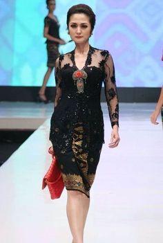 Model Kebaya Anne Avantie Warna Hitam Kebaya Brokat, Kebaya Dress, Dress Pesta, Batik Fashion, Hijab Fashion, Fashion Dresses, Kebaya Muslim, Batik Kebaya, Batik Dress