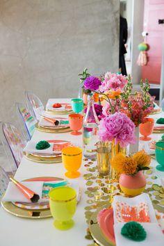 スパンコールを散りばめたテーブルランナーに色とりどりの鮮やかなお花をデコレーション。