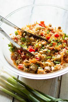 Deze Oosterse rijstsalade met gerookte kip en pindasaus is een heerlijk snel gerecht vol knapperige groenten. En zeg nou zelf.. pindasaus maakt alles lekkerder! Dutch Recipes, Cooking Recipes, Healthy Salads, Healthy Recipes, Good Food, Yummy Food, Indonesian Food, Fried Rice, Lunches