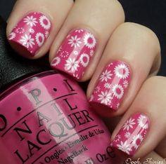 Meninas, separamos mais algumas imagens de unhas decoradas com flores. Desta vez são unhas pintadas com esmalte cor de rosa e alguns adesivos de unhas, par