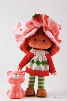 Modèle: Strawberry Shortcake Année : 1981 - accompagnée de son animal Custard the Cat 90s Childhood, My Childhood Memories, Sweet Memories, 1980s Toys, Retro Toys, Vintage Strawberry Shortcake, Old School Toys, 80s Kids, Vintage Dolls