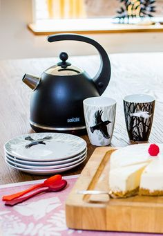 Raven thermo cups and plates from Sveinbjörg. Nordic Kitchen, Scandinavian Kitchen, Oven Glove, Tea Towels, Raven, Home Furnishings, Candle Holders, Cups, Tray
