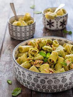 Insalata di pasta con salmone e zucchine, piacevolmente aromatizzata alla menta. Fresca e gustosa, si prepara comodamente in anticipo!