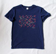 """Camiseta azul oscuro """"Cerezo japonés"""".  También disponible en blanco: http://lolitalunakids.files.wordpress.com/2013/10/lolitaluna-camiseta-cerezo-japones.jpg"""