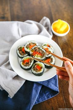 How to make Bulgogi Kimbap (Bulgogi Seaweed Rice Rolls). It makes a perfect picnic food, lunchbox item and party food. Full of healthy and savoury flavour! Sushi Recipes, Asian Recipes, Cooking Recipes, Ethnic Recipes, Healthy Cooking, Bulgogi, Korean Dishes, Korean Food, K Food