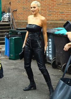 Kylie Jenner is all smiles in sexy all black leather outfit in NYC Kylie Jenner Vestidos, Kendall Jenner, Kylie Jenner Body, Kylie Jenner Daily, Estilo Kylie Jenner, Kris Jenner, Kylie Jenner Black Hair, Kourtney Kardashian, Kardashian Jenner