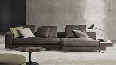 Sofá com apoio lateral e abajur