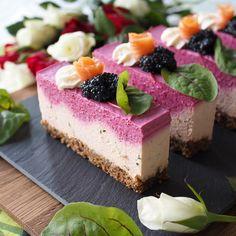Juhlavat lohi-punajuurileivokset / Ferstive salmon and beetroot mousse cakes Mousse Cake, Beetroot, Salmon, Takana, Cheesecake, Cooking Recipes, Snacks, Desserts, Tailgate Desserts