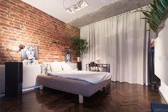 Drewno i czerwone cegły w sypialni