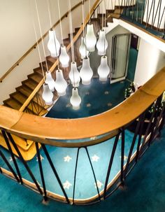Original Sokos Hotel Vaakunasta löydät upeita paikkoja kuvauksiin. Tässä yksi talon uniikeista tiloista, kerrosaulan portaikko Paavo Tynellin lamppuineen.