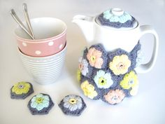 Puff stitch flower tea cosy by rock my laine. Tutorial in French based on the Daisy Puffagons by Cherry Heart here http://sandra-cherryheart.blogspot.co.uk/2013/10/daisy-puffagon-tutorial.html