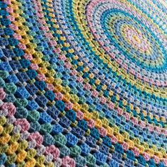 Blandala crochet blanket pattern - a crocheted circular blanket measuring 5 feet in diameter! Wow...