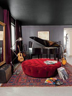 En el dormitorio principal yacen un piano de cola Wurlitzer y una otomana hecha a la medida. La obra en papel es de Ed Ruscha. | Galería de fotos 9 de 10 | AD MX