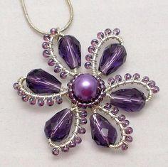 Der Anhänger wird mit Kupferdraht versilbert, lila Glasperlen Teardrop und Tschechische Rocailles hergestellt. Diese Blume Anhänger gehört zu
