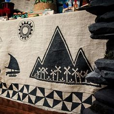 Love how this tied everything together. Custom hand painted tablecloth overlay, depicting one of the voyager sails. #moanaparty #moanadecor  #Regram via @sugarlagoonparties