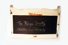 Pizarra montada sobre marco antiguo con patina y accesorios vintage