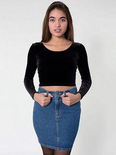 体にフィットするデニムのミニスカート。カジュアルな<br>デニムスカートも細身のタイトなデザインを選べばフェミニンで<br>女性らしい表情に。ハイウエストのスタイルは、トップを<br>インしてスッキリとした<br>シルエットを完成させて。