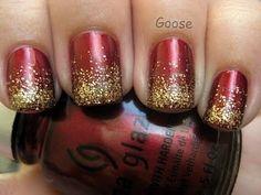 Uñas rojas con un toque dorado, ideales para esta Navidad.