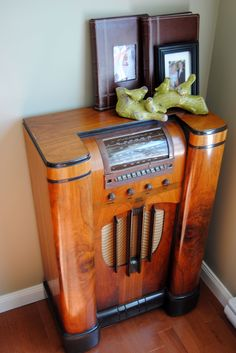 Similar to old radio in Grandma's living room - quit working before I was born.
