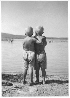 Siilitukkaiset pojat rannalla (AS09) - Perromania - pieni postikorttikauppa - Tuotteet