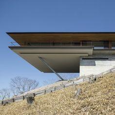 Arquitetura em declive: Casa em Yatsugatake - Autor: Kidosaki Architects Studio, País: Japão - O cliente procurou o terreno ideal por vários anos. E quando encontrou, escolheu o cume de uma montanha em declive para implantar o projeto com a melhor vista possível. A autoria é do escritório Kidosaki Architects Studio. Conheça os interiores na galeria de fotos acima e continue lendo o post para saber mais detalhes. O principal objetivo do projeto era ...