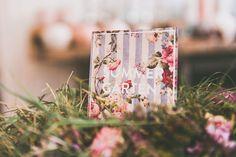 Mit Blumen sagt man das, was Worte nicht mehr können. Soviel ist seit ewigen Zeiten schon klar. Und bei Flora übergeht diese zeitlose Tradition direkt in die Gegenwart über und wir zu einer wundervoll runden Sache. Die Schrift fließt und lässt der Botschaft freien Raum. Flora, Gift Wrapping, Gifts, Projects, Flowers, Gift Wrapping Paper, Presents, Wrapping Gifts, Plants