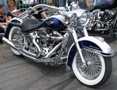 Softail Deluxe - what a classy ride! Harley Softail, Softail Bobber, Softail Deluxe, Hd Fatboy, Moto Logo, Heritage Softail, Hd Motorcycles, Motos Harley Davidson, Harley Bikes