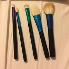 NWOT MAC brush set MAC brush set - carrying case included... brushes: 219, 221, 239, 133, 168 MAC Cosmetics Makeup Brushes & Tools