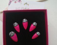 Kit faux ongles nail art bambou, sur fond dégradé de rose et vert pale, ces fines branches de bambou décorent délicatement vos ongles, pour un look naturel. Tailles: XS: 3,7,5,6,9 S: 2,6,4,5,9 M: 1,6,4,5,8 L: 0,5,3,4,7 KIT Complet 20 pcs de 0 à 9 (10 tailles pour chaque main) Chaque kit est accompagné dun bâtonnet de buis et un lot dadhésifs. Pour une commande sur mesure indiquez vos tailles dans lordre, main gauche, main droite, ainsi que la forme désiré. Si vous ne connaissez pas vot...