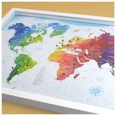 Quadro Mapa-múndi colorido com 100 pins-alfinetes para marcar viagem. Vem com tampa de vidro e fácil sistema de abertura. 62,5x45x3,5cm (LxAxP)