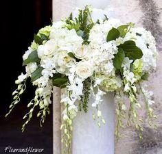 Bouquet per la sposa color avorio e verde mela - Forum Matrimonio. Altar Flowers, Church Flowers, Funeral Flowers, Bridal Flowers, Church Wedding Decorations, Flower Decorations, Floral Wedding, Wedding Bouquets, Large Flower Arrangements