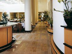Piedra natural Solnhofen Cendra en pavimento de restaurante. #piedranatural #marmol #restaurante