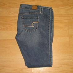 """American Eagle Lightly Distressed Skinny Jeans These jeans are preloved but in very good condition. They are a skinny jean with light factory distressing on the legs. Made of 99% cotton 1% spandex. Tag size 4 Regular. Inseam is approximately 31.5"""" long. American Eagle Outfitters Jeans Skinny"""