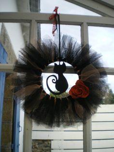 Halloween tulle wreath with black cat Deco Haloween, Halloween Boo, Holidays Halloween, Halloween Crafts, Halloween Wreaths, Halloween Table, Tulle Wreath, Diy Wreath, Wreath Ideas