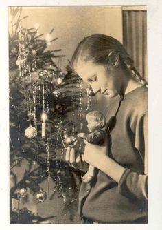 AK MÄDCHEN MIT PUPPE AUF DEM ARM BEIM WEIHNACHTSBAUM 1960