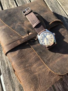 The dress watch you can take on adventures. Stunning patina on the dial. Cool Watches, Rolex Watches, Smart Menswear, Oyster Dressing, Watches Photography, Vintage Watches, Stainless Steel Case, Tudor, Oysters