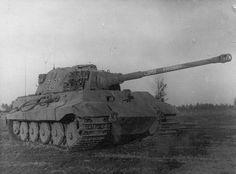 Немецкий тяжелый танк T-VIB «Тигр-II» №502, захваченный во время боев на Сандомирском плацдарме [1]
