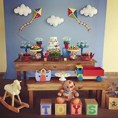 Festa Brinquedos Antigos. Pic via @donamaricotadocesedecoracoes #encontrandoideias #blogencontrandoideias #fabiolateles Boys First Birthday Party Ideas, Baby Boy 1st Birthday, Birthday Candy, Birthday Balloons, Party Kit, Baby Shower Signs, Baby Boy Shower, Baby Shower Vintage, Baby Boy Or Girl